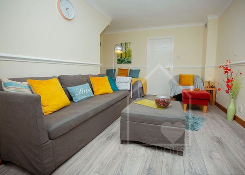 3 Bedroom Town House Corby. Sleeps 7, Wifi, Free Parking