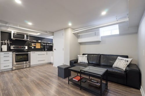 New, Modern 2 bed & 2 Bath With Jacuzzi tub Near Toronto Pearson Airport