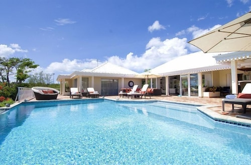 Charming Tropical Villa, Walk to the Beach! AC, Pool, Free Wifi, Concierge, Ideal for Families