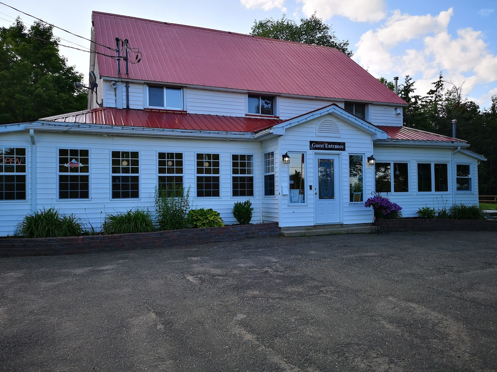 Exterior, Crabbe Mountain Inn