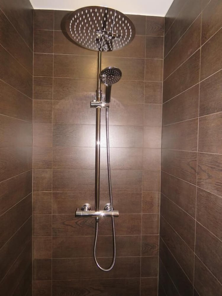 Bathroom Shower, La Fousiquade