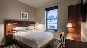 Premium-sengetøj, senge med topmadrasser, pengeskab på værelset