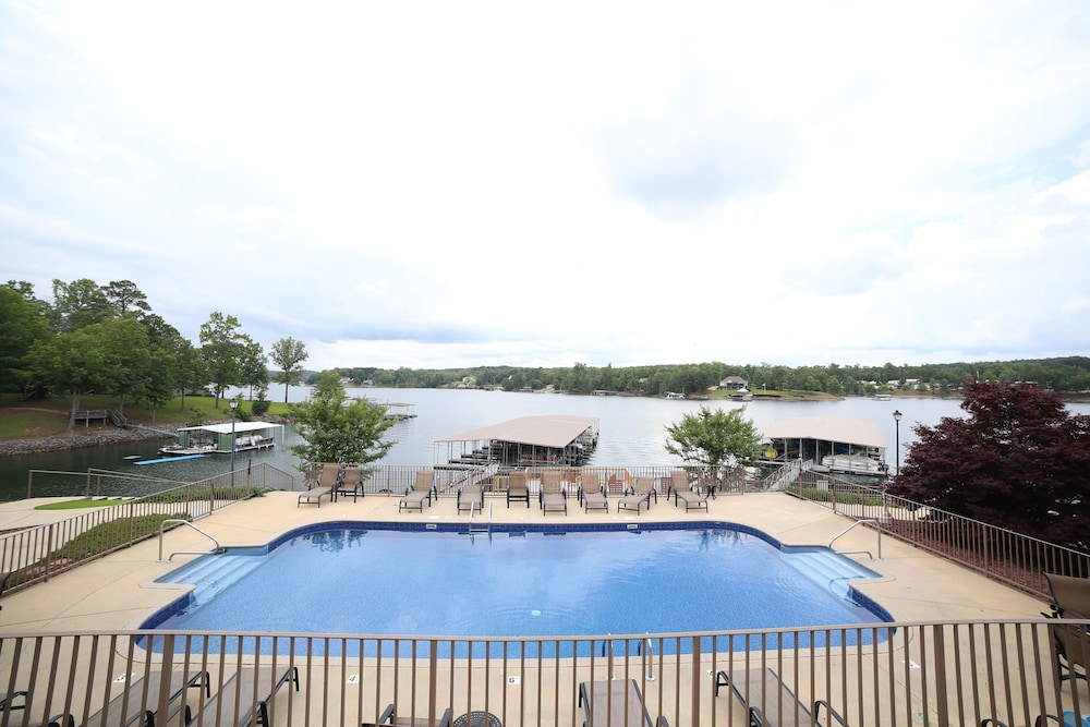 Pool, UPDATED Condo on Beautiful Smith Lake