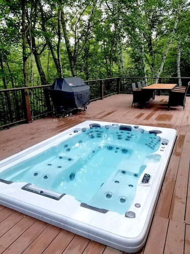 Private Ski Lodge With Giant Hot Tub Less Than Two Miles to Sugarbush!