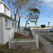 Renovated Beach House Easy Commute to Boston 4 Bedrooms