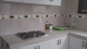 Een kinderstoel, kookgerei, borden en bestek
