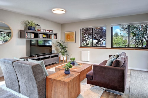 Shady Grove at Alki : 2br, 1Ba Flat Half a Block off the Beach
