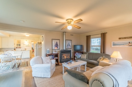 Cute Cottage Located in the Center of Rockaway Beach With Great Beach Access!