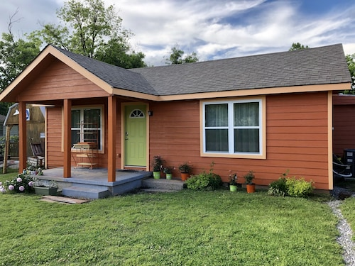 The Pumpkin Cottage! Sleeps 10 - EZ 1 Mile to Ft. Sill