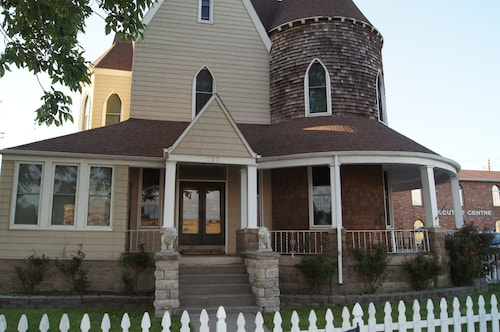 Historic 130 Year Old Near Downtown Sedalia - Great for Families or Groups