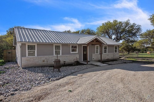 Absolutely Charming Texas 2 Suites, 2/2 Farm House, Close to