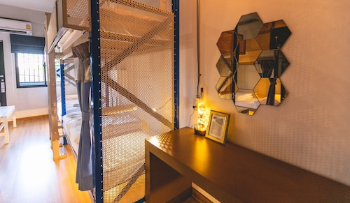 Post Factory Bed & Breakfast Sathorn Hostel - Adults Only
