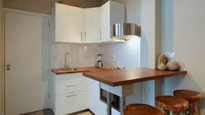 Een koelkast, een magnetron, een oven, een vaatwasser