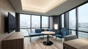 特厚豪華床墊、書桌、手提電腦工作空間、窗簾