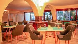 Déjeuner et dîner servis sur place, spécialités de la cuisine marocaine