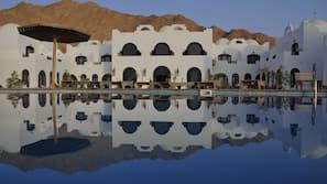 2 piscinas externas, guarda-sóis