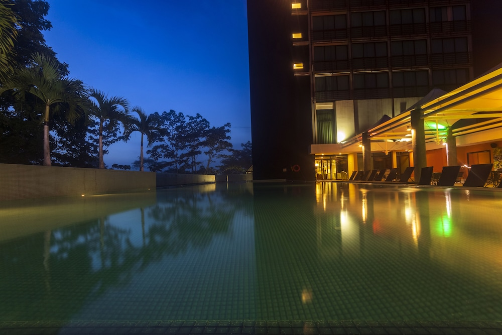 Infinity Pool, Summit Rainforest & Golf Resort
