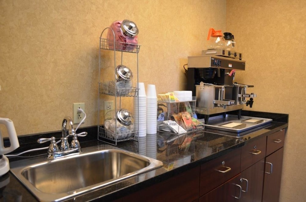 Breakfast Area, Brookshire Inn & Suites