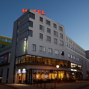 Hotellets facade - aften/nat