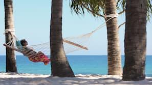 在海灘附近、躺椅、太陽傘、沙灘巾