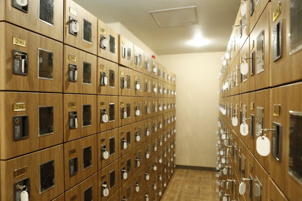 Shinjuku kuyakusho mae capsule hotel deals reviews for Hotels japon