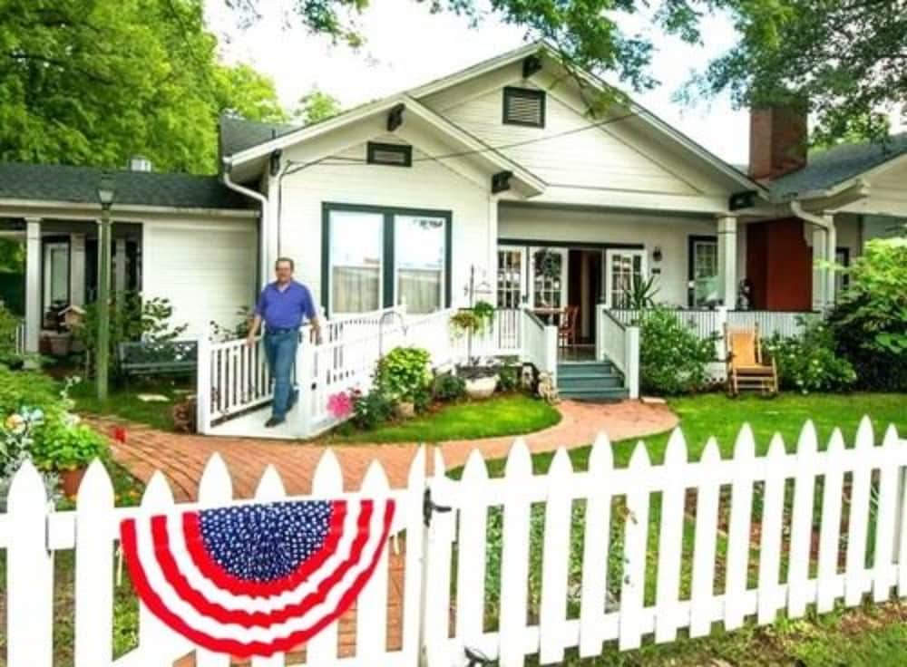 The Carriage House Bed and Breakfast, Longview - Room Prices ...
