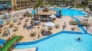 3 개의 야외 수영장, 일광욕 의자