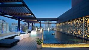 Una piscina al aire libre (de 7:00 a 21:00), sombrillas