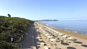 Sulla spiaggia, lettini da mare, ombrelloni, windsurf