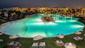 15 piscines extérieures, parasols de plage, chaises longues