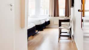 Biancheria da letto ipoallergenica, una scrivania, tende oscuranti