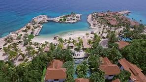 Een privéstrand, wit zand, gratis strandcabana's