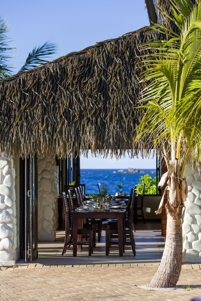 Outdoor Dining, Matamanoa Island Resort