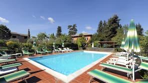 Una piscina al aire libre de temporada (de 8:30 a 19:30), sombrillas