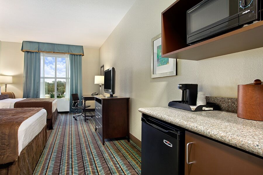 Private Kitchenette, Best Western Plus Chain of Lakes Inn & Suites