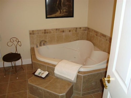 Deep Soaking Bathtub, Castle Inn & Restaurant