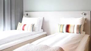 Sengetøy av topp kvalitet, senger med overmadrass, minibar og skrivebord