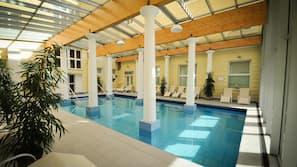 Una piscina cubierta, cabañas de piscina gratuitas
