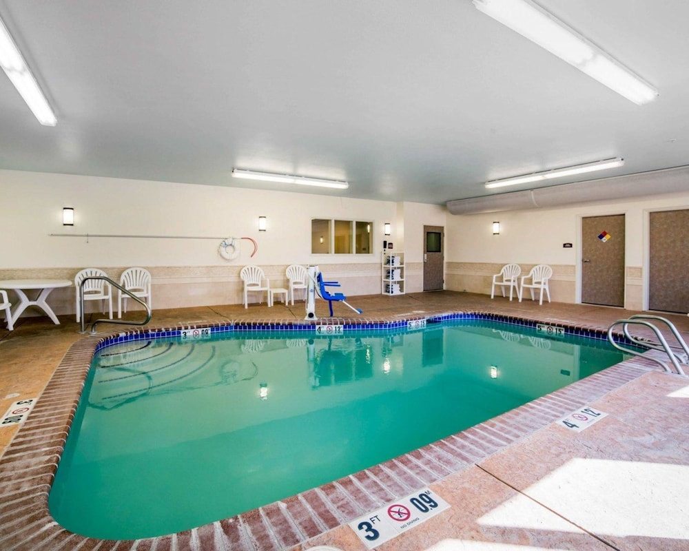 Pool, Comfort Suites Fernley