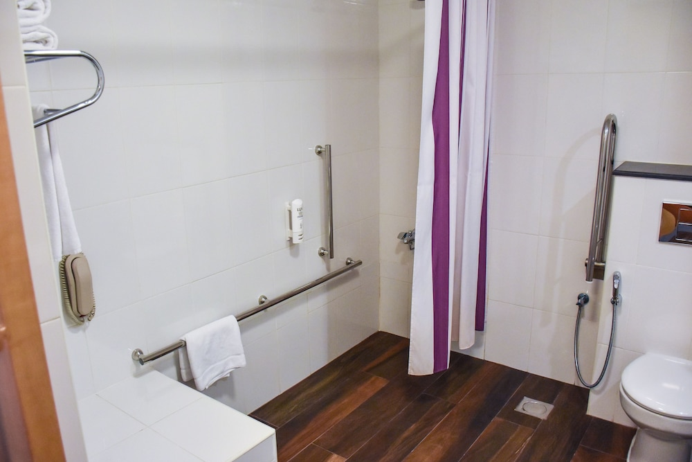 Bathroom, Premier Inn Dubai Silicon Oasis