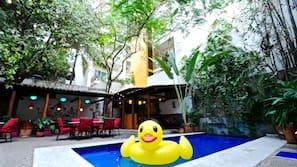 Una piscina al aire libre (de 9:00 a 10:00), sombrillas