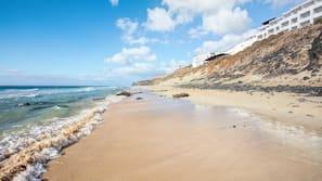 Aan het strand, wit zand, beachvolleybal