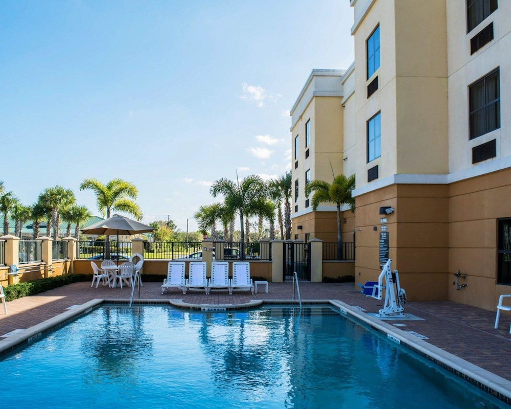 Pool, Comfort Suites Vero Beach I-95