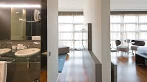 Minibar, värdeförvaringsskåp på rummet, skrivbord och ljudisolering