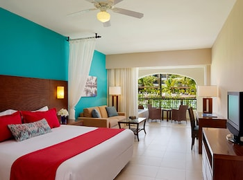 Preferred Club Junior Suite Pool View 1 King Bed (Resort Access to Now Garden & Now Larimar) - Guestroom