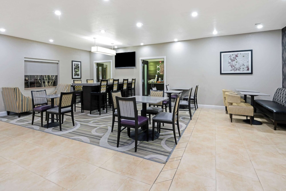 Breakfast Area, La Quinta Inn & Suites by Wyndham Ada