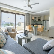 Pearly Grey Ocean Club Apartments & Suites