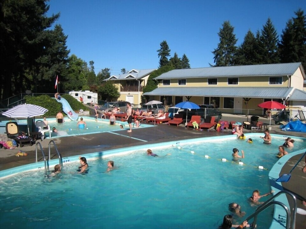 Outdoor Pool, Riverside Resort Motel and Campground