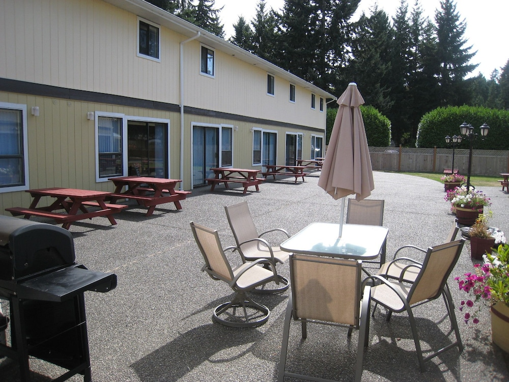 BBQ/Picnic Area, Riverside Resort Motel and Campground
