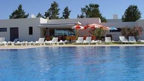 4 piscinas al aire libre (de 9:00 a 21:00), tumbonas